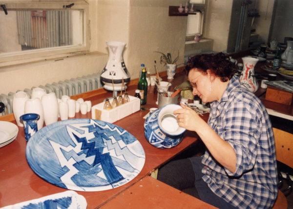 Výtvarnice maluje kobaltem na porcelánovou mísu