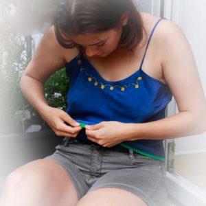 Hedvábné modré tílko s výšivkou